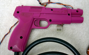 Pistol med kablage och hölster